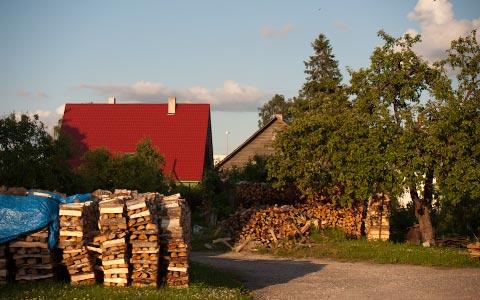 Paljon käytetään puuta lämmittämiseen. Se näkyy halkopinoina kaikkialla, mutta valitettavasti tuntuu myös savunhajuna nenässä