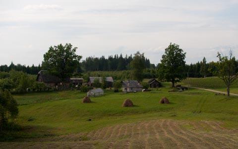Maalaiskylä matkan varrelta
